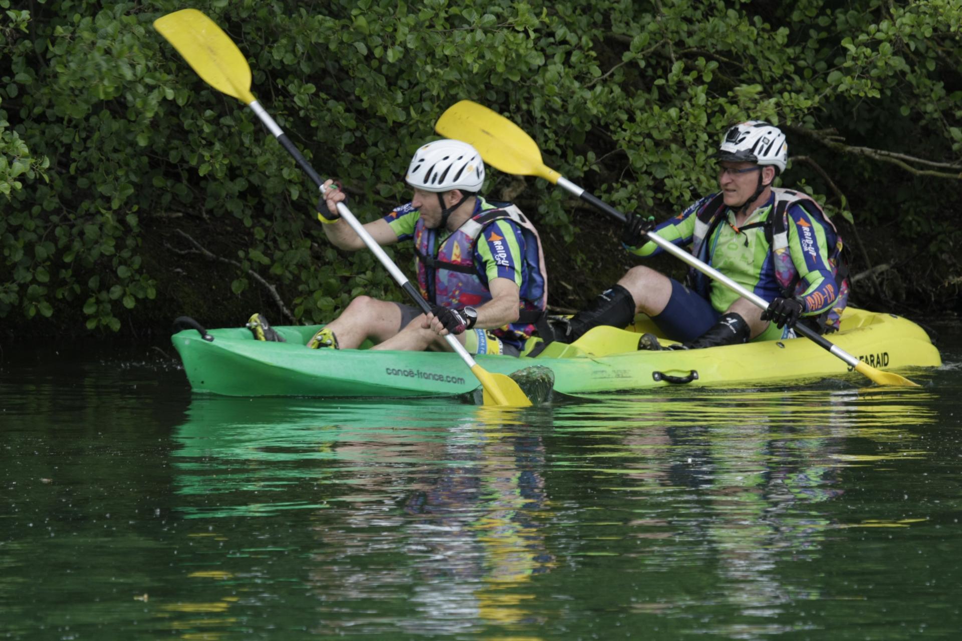 Corentin et Stéph' cherchent une balise en canoë