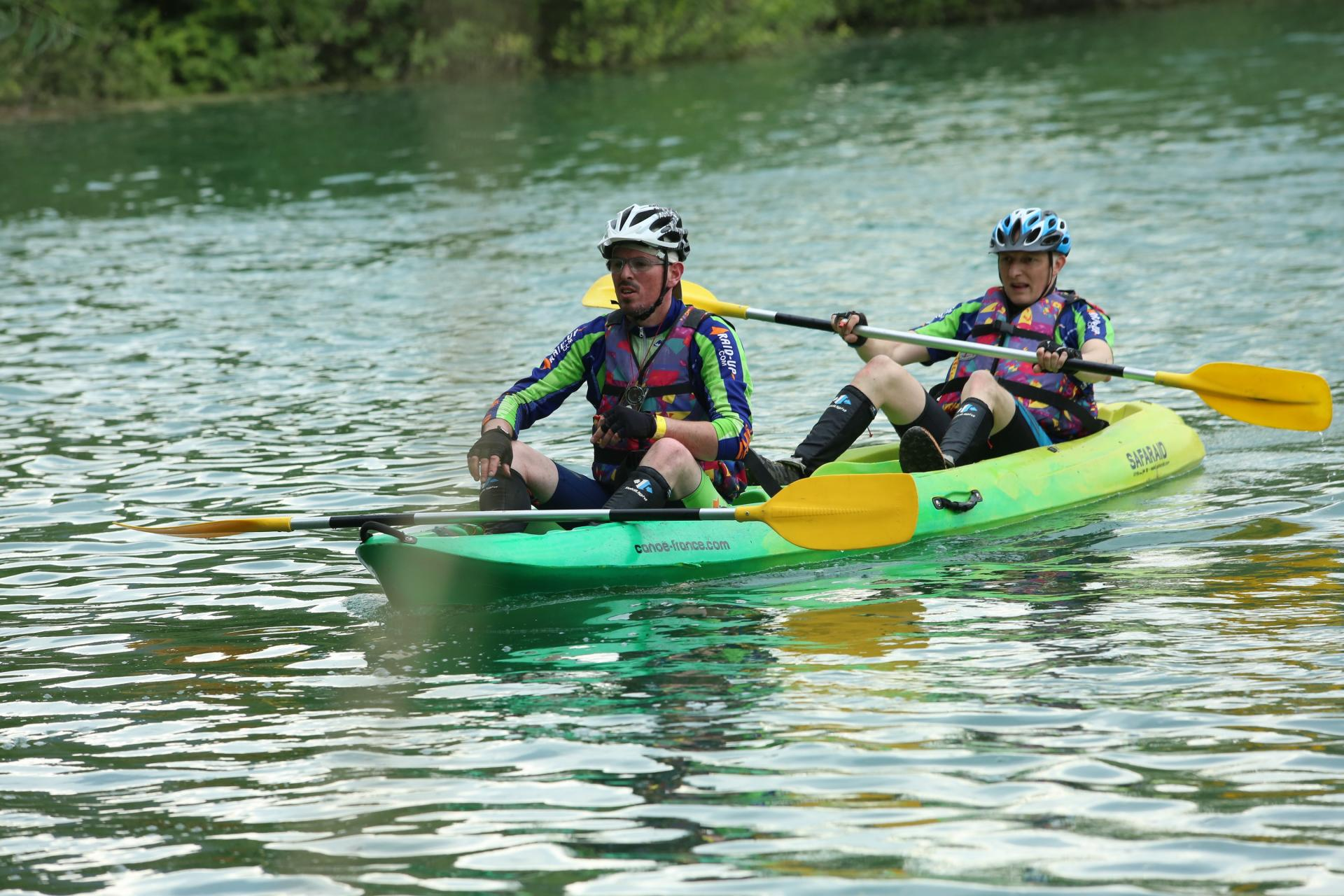 Jean-Marie et Thomas attendent en canoë avant de pointer une balise