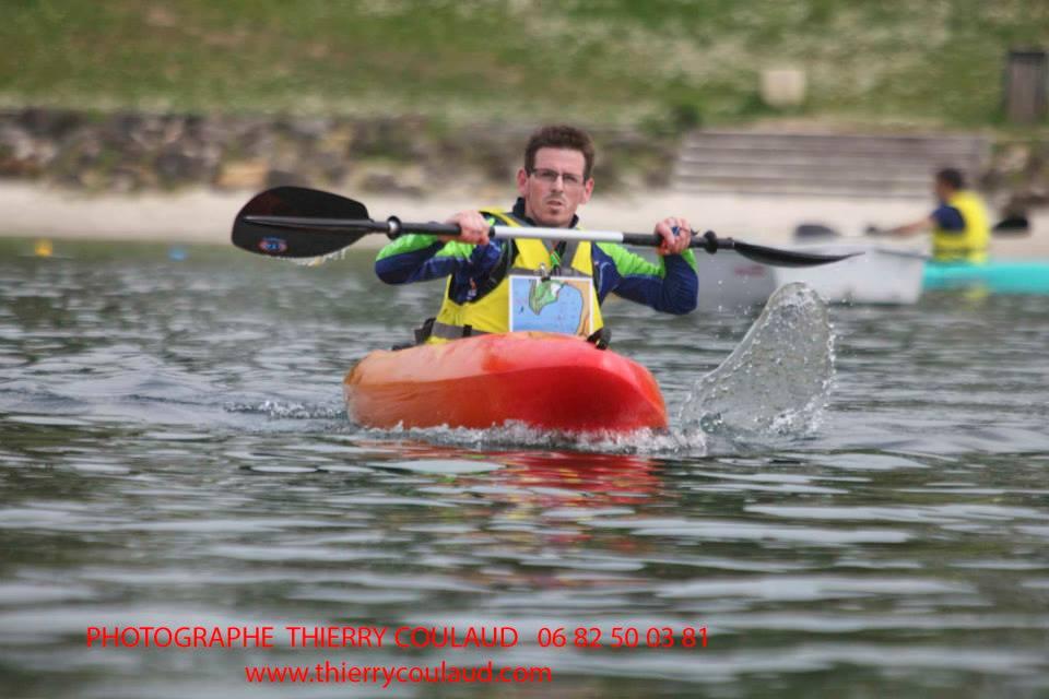 Thomas fait gerber l'écume en kayak